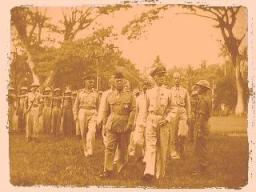 Ulang Tahun Batalion Pertama Madura dalam rangka menjaga perdamaian Madura, yang dihadiri Wali Negara Madura, P.A.A. Cakraningrat, juga Pasukan Teritorial Panglima Jawa Timur, Mayor Jenderal Staf Umum UWC Baay dan Komisaris Polisi dan Keamanan, Kolonel HJ de Vries, memeriksa pasukan disusun pada alun-alun Bangkalan - 1946-1950 (foto: gahetna.nl)