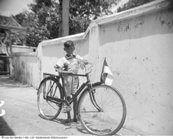 Boy dengan sepeda di jalan-jalan Madura, Indonesia (1950)
