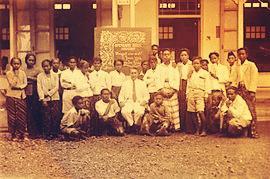 Sejumlah wanita Madura sebagai Siswa HIS Sumenep pada tahun 1934
