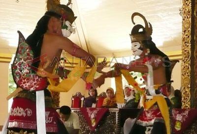 Topeng Seni Pertunjukan Tradisi Madura