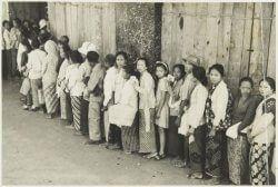Penduduk Madura sedang antri makanan dari Belnda (foto: KITLV)