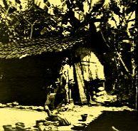 Perempuan Madura, sedang megolah gerabah pada tahun 1910-1925