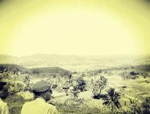 Dua serdadu Belanda menikmati keindahan alam Madura, dari sebuah bukit (1950)