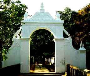 pintu masuk makam ratu ibu
