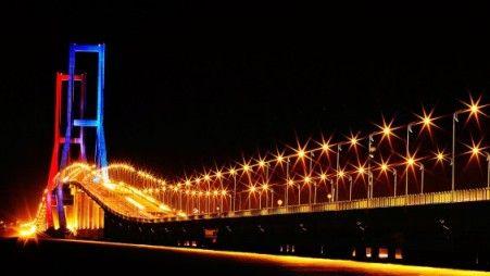 jembatan-suramadura-malam-hari